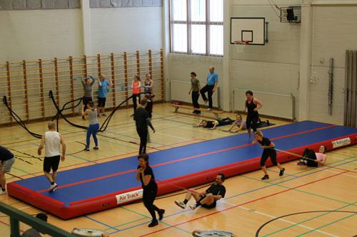 Sports Person playing in sports room Ihmiset liikkuvat ja urheilevat liikuntahallissa