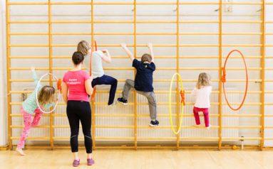 lapset kiipeilevät puolapuilla