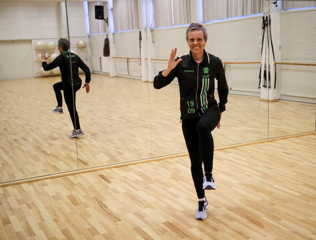 Tiia Hautala Varalan voimistelusalissa juoksuasennossa