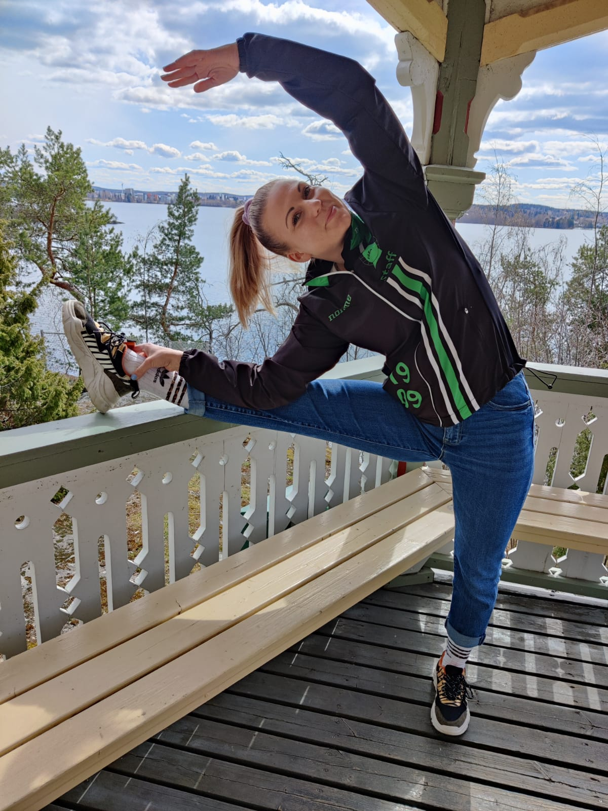 Noora Mäkelälammi poseeraa huvimajassa uudessa roolissaan kilpa-aerobicin lajivastaavana