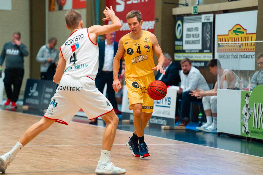 koripalloilija Antero Lehto BC Nokian pelipaidassa Nokian palloiluhallilla käydyssä pelissä